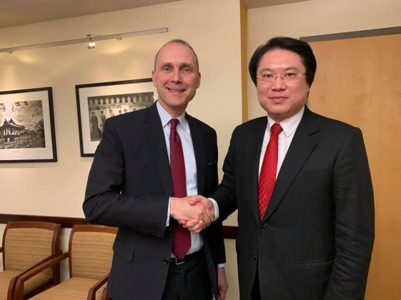 林右昌(右)與亞太事務代理副助卿史墨客(左)交換台美中議題。(翻攝林右昌臉書)