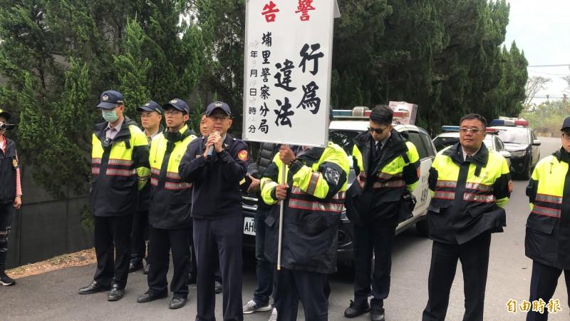 抗議民眾擋路阻止殯儀館工程車輛進入,警方則現場舉牌制止。(記者佟振國攝)