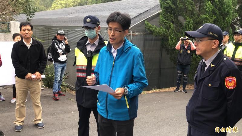 埔里鎮公所工務課長黃木良(著藍色外套)現場宣布工程暫時停工,再與居民進一步溝通協調。(記者佟振國攝)