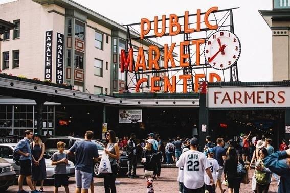 西雅圖長年綠草如茵,有「綠寶石城」美譽,遊客可以登上著名太空針塔,飽覽普吉特海灣、華盛頓湖、雷尼爾山景色。西雅圖亦以美食見稱,派克市場可以品嘗新鮮海產。(國泰提供)