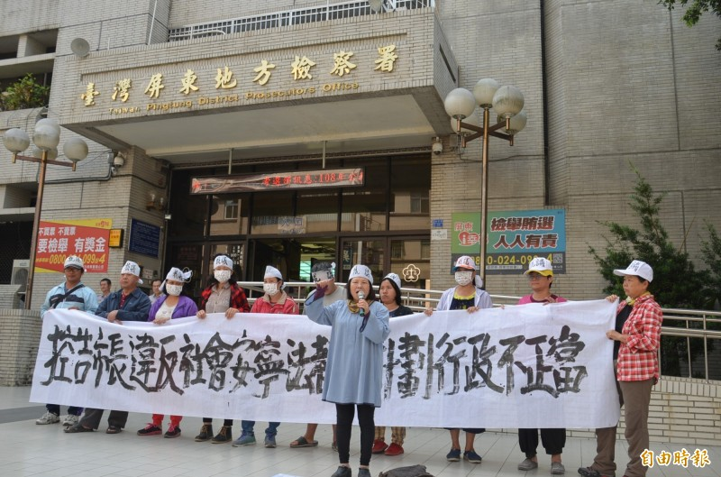 蔣月惠不滿屏東市公所犧牲和平公園綠地興建活動中心,率眾到屏東地檢署抗議,並按鈴控告屏東市公林恊松。(記者李立法攝)