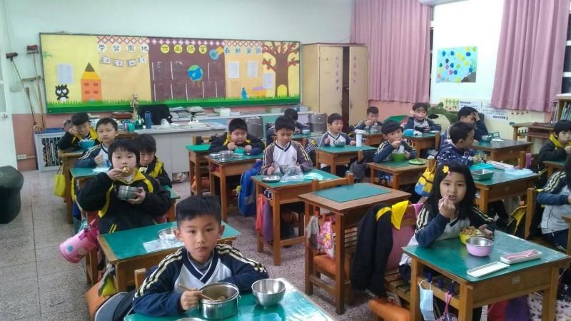 梨山國中小學童開心享用午餐。(記者張軒哲翻攝)
