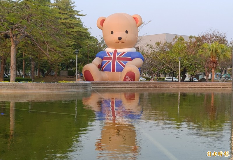 池畔泰迪熊在水池的倒映下,特別可愛,為這次燈會最熱門的拍照打卡景點。(記者蔡文居攝)