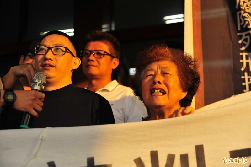 謝志宏結束19年、6834天的羈押,謝母(右)淚眼哽咽用台語喊說,謝謝大家幫忙。(記者王捷攝)