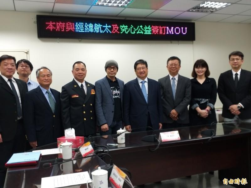 新竹縣政府今天與經緯航太和究心公益簽訂防救災合作備忘錄,這也是兩家科技公司首度與地方政府簽約合作。(記者廖雪茹攝)