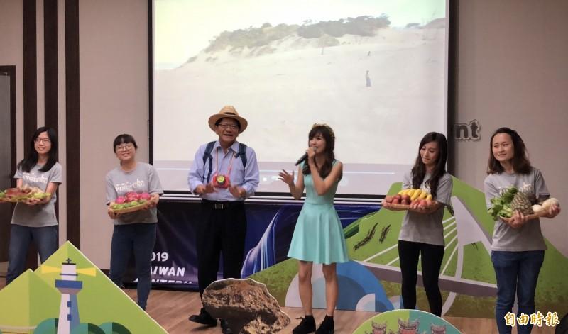 屏東縣政府委託網紅黃小玫(右3)拍攝的台灣燈會宣傳影片佳評如潮。(資料照)