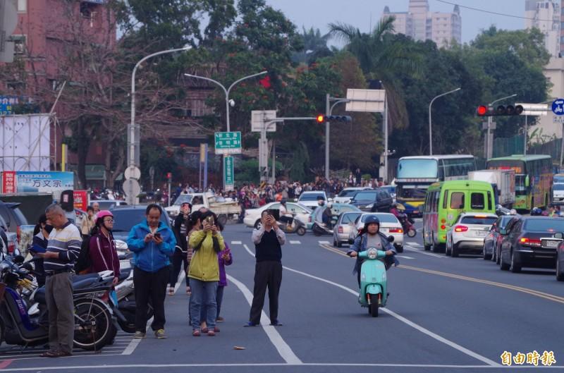 民眾在車道上拍照。(記者王善嬿攝)