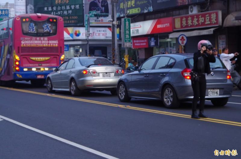 有民眾到馬路中央只為拍懸日美景。(記者王善嬿攝)