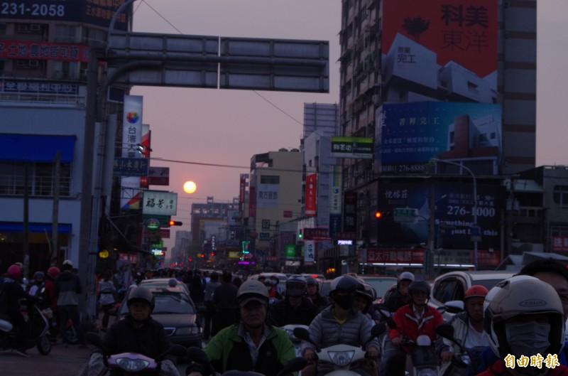 天公作美,今民族路可見快接近街道中央的懸日。(記者王善嬿攝)