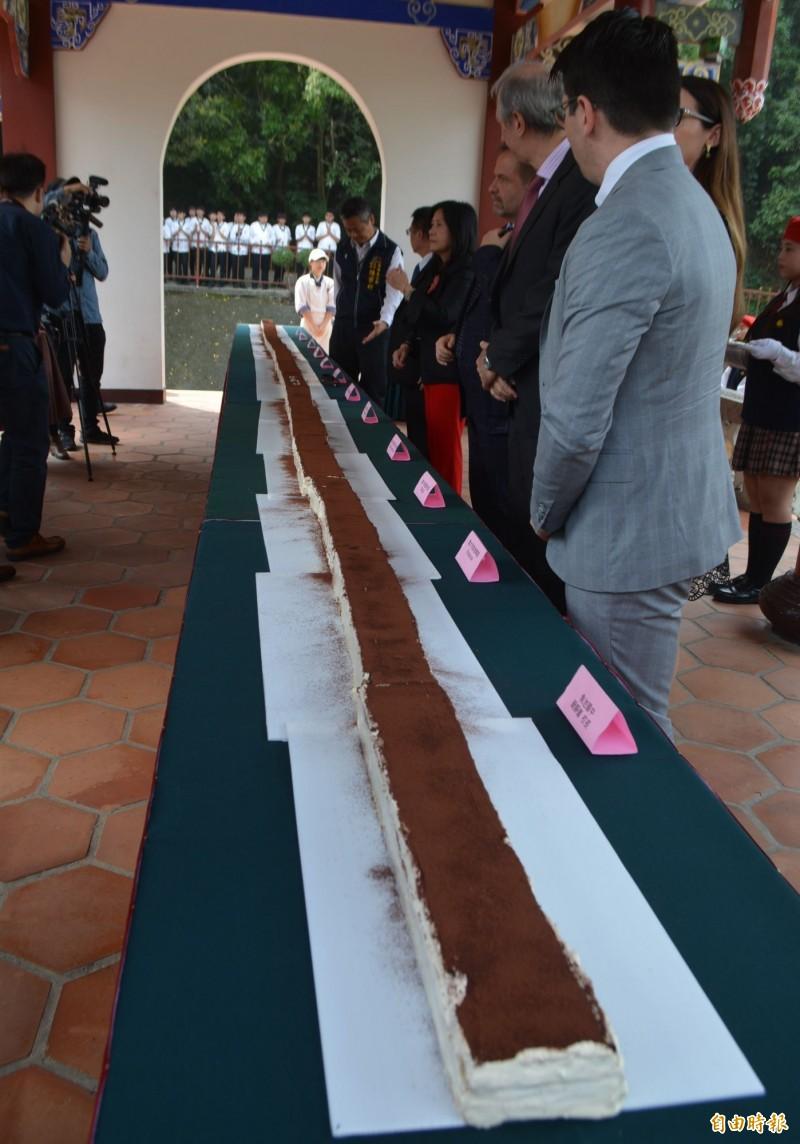 義大利主廚費拉里尼帶領40個明台高中學生,製作出長達8.88公尺的全台最長提拉米蘇。(記者陳建志攝)