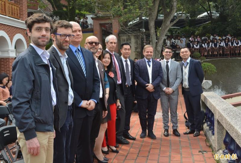 全台最長提拉米蘇現身明台高中,多位義大利貿易處人員出席。(記者陳建志攝)