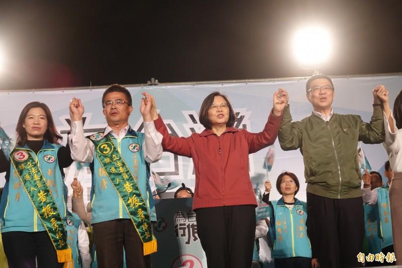 總統蔡英文、民進黨主席卓榮泰,今晚到彰化和美為立委候選人黃振彥(圖左二)站台造勢。(記者劉曉欣攝)
