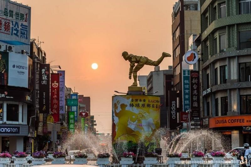 洪年宏另還有結合懸日、投手銅像跟噴水池,拍下不同的懸日構圖。(洪年宏提供)
