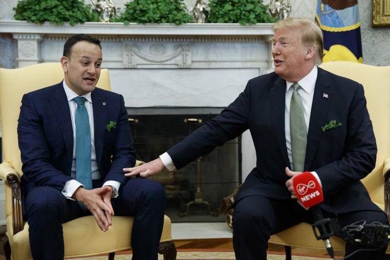 美國總統川普14日與愛爾蘭總理瓦拉德卡(Leo Varadkar,左)在白宮會晤。(美聯社)