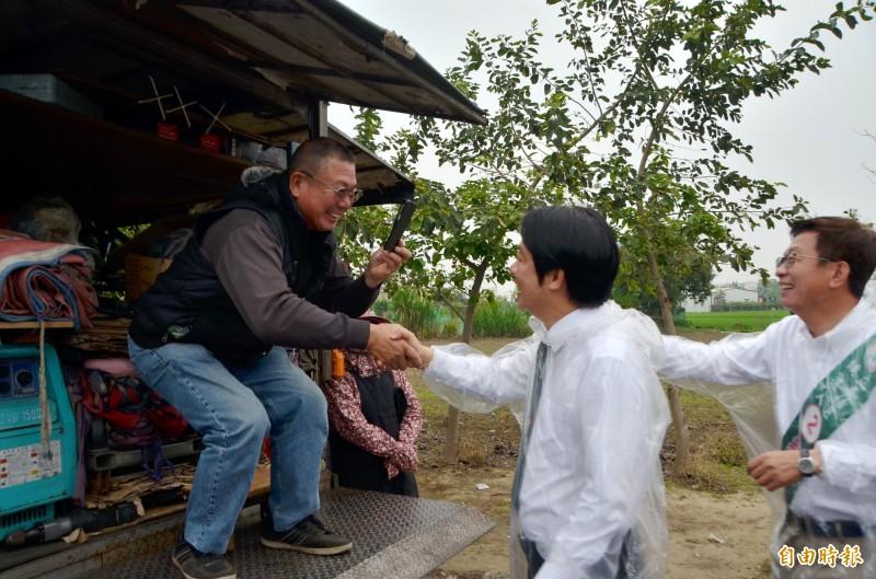 見到前行政院長賴清德到來,民眾開心地邊拍照、邊握手。(記者吳俊鋒攝)