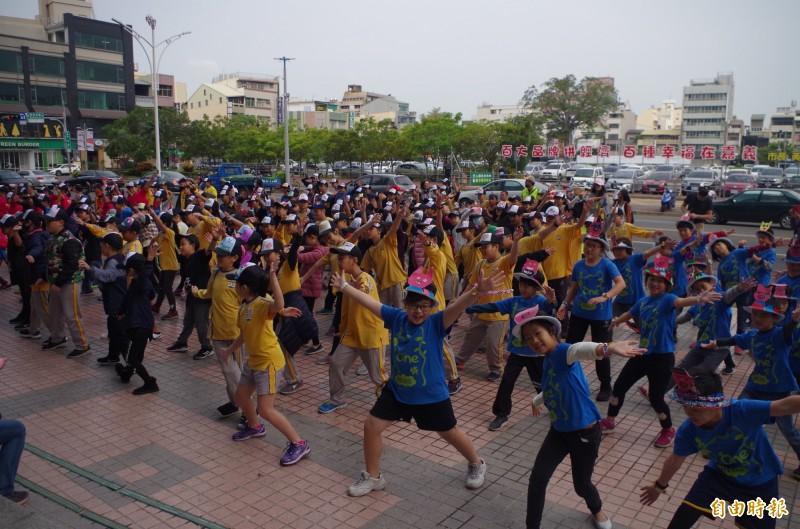 嘉義市民族國小今年創校100年,為校慶大會活動暖身,今上午學童到嘉義市府前快閃熱舞。(記者王善嬿攝)