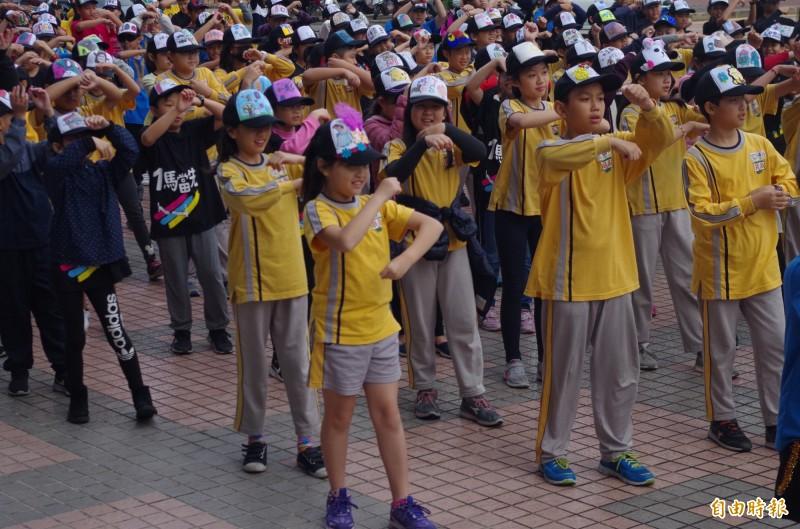 學校請街舞老師指導學童,今展現訓練成果。(記者王善嬿攝)