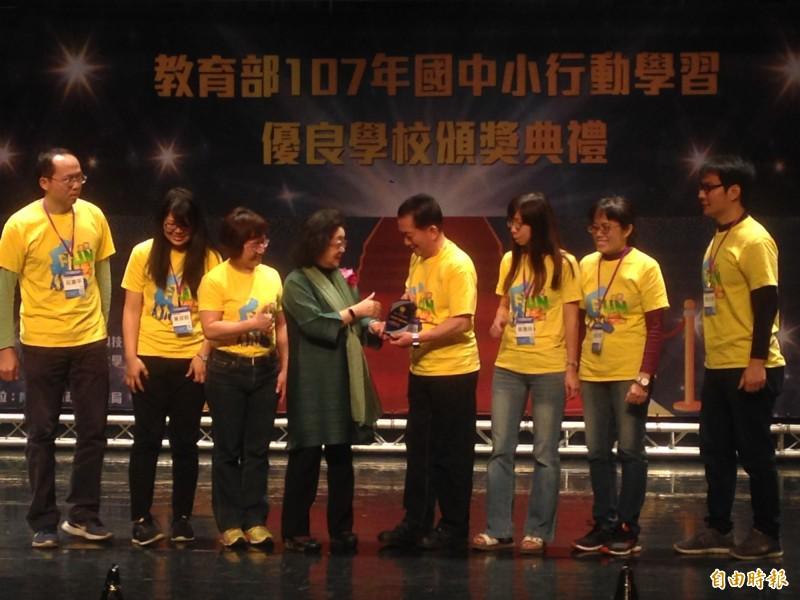 范巽綠(中)表揚行動學習優良學校及傑出教師。(記者黃旭磊攝)
