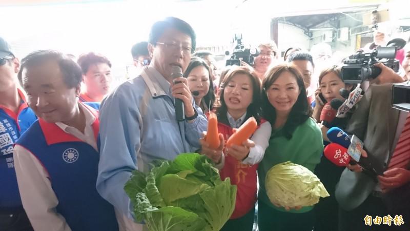 韓國瑜的妻子李佳芬和謝龍介、謝龍介的妻子李佳芬上午在麻豆市場合體拜票。(記者楊金城攝)