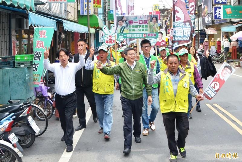 前行政院長賴清德(左一)與民進黨主席卓榮泰(中)徒步掃街,向鄉親拜票。(記者吳俊鋒攝)