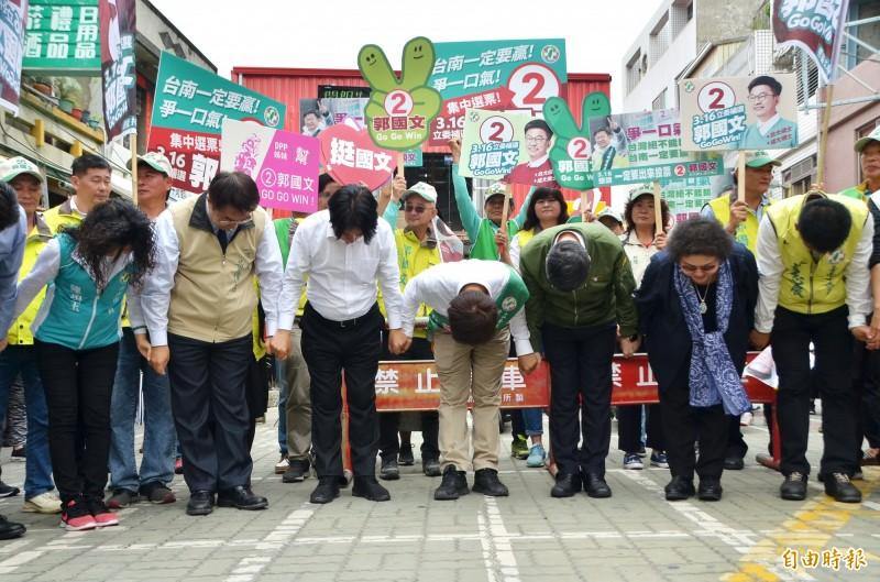 民進黨陣營鞠躬、懇請鄉親,為了台灣民主與未來,不能缺席投票。(記者吳俊鋒攝)