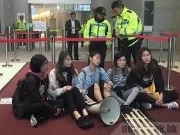 3名「香港眾志」成員及2名嶺大學生突襲香港政府總部大堂。(翻攝自視訊畫面)