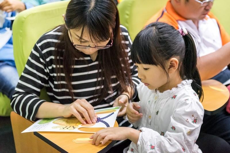 台北市動物園規劃親子寓教於樂的賞螢環境及學習場域。(台北市立動物園提供)