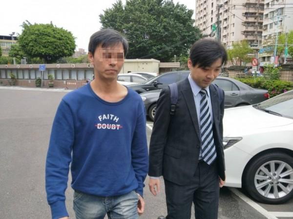 因肉圓沒加辣痛毆妻兒的林姓男子(左),庭後面對記者詢問,僅說:「不願受訪」。(記者陳慰慈攝)