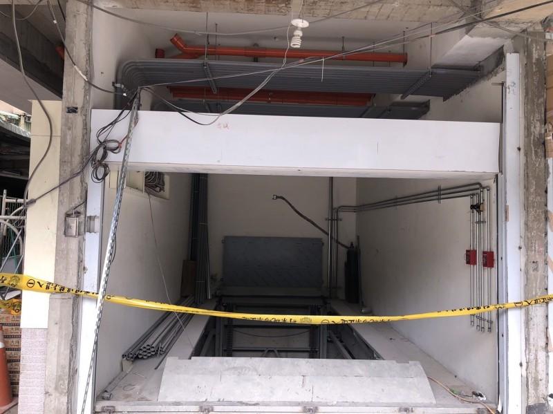 新北市一名水電工不慎墜落4樓深度的電梯井(底部),送醫不治。(記者吳仁捷翻攝)