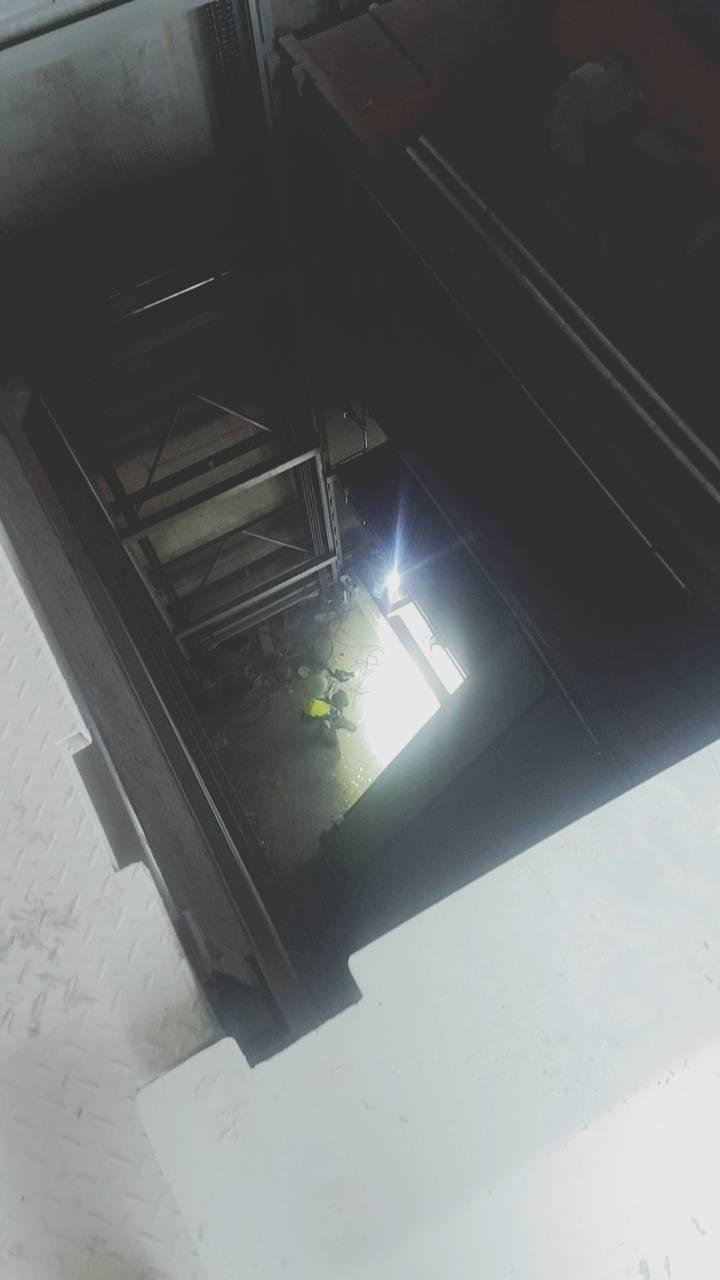 新北市一名水電工施工時不慎墜落4樓深度的電梯井(底部),送醫不治。(記者吳仁捷翻攝)