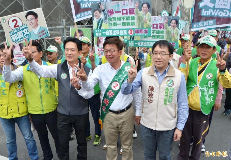 陳致中(前右1)陪同郭國文(前右2)掃街,立委林俊憲(前右3)也一起拜票。(記者吳俊鋒攝)