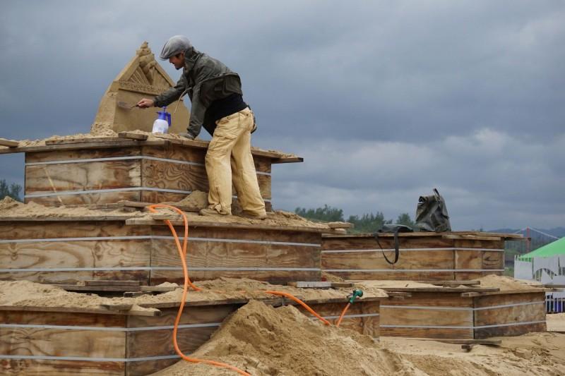 福隆國際沙雕藝術季今年邀請7國共25名沙雕藝術家,齊聚福隆沙灘共同創作45座主題沙雕作品。(福容大飯店提供)