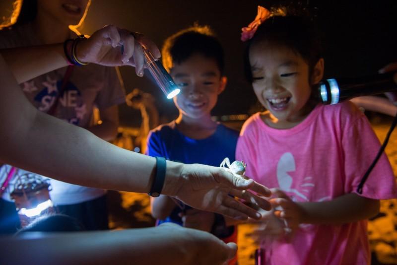 配合福隆國際沙雕藝術季,主辦單位福容大飯店推出手作DIY、夜訪沙蟹等體驗活動。(福容大飯店提供)