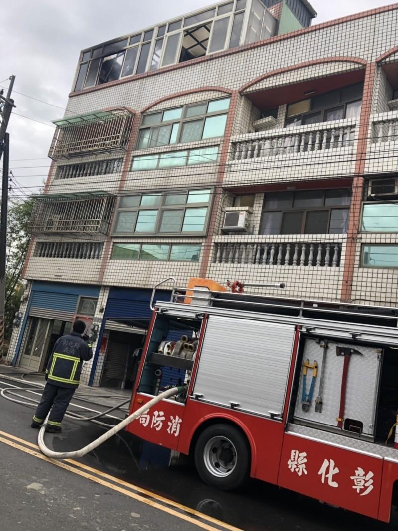 彰化伸港傳出民宅火災,起火點在頂樓。(記者劉曉欣翻攝)