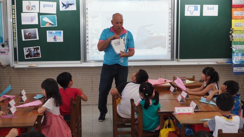 台北市政府近年大力推行雙語教育。圖為外師在小學上課的情形。(台北市教育局提供)