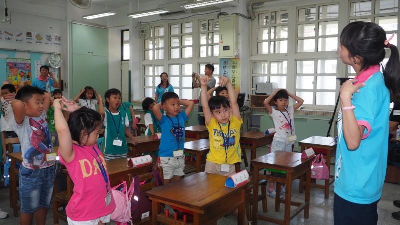 台北市政府近年大力推行雙語教育,國小老師認真教學。(台北市教育局提供)