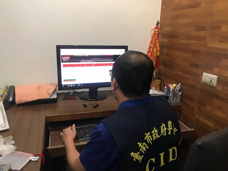 警方檢視楊姓大組頭的電腦收到的下注情形。(記者許國楨翻攝)