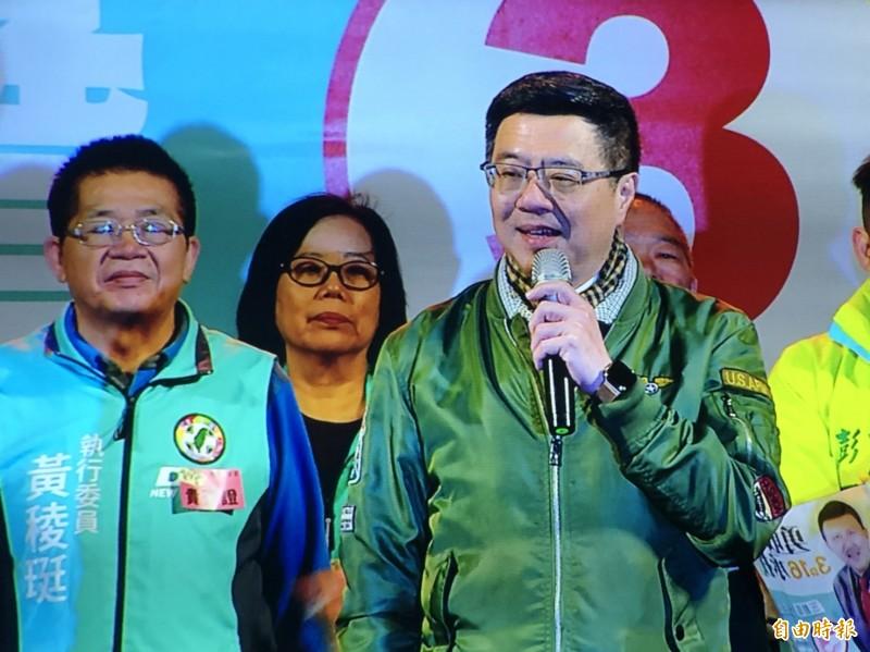 卓榮泰到場站台表示,三重要選的不是今天才來的韓流,是永遠跟新北市民站在一起的溫暖余天。(記者周湘芸攝)