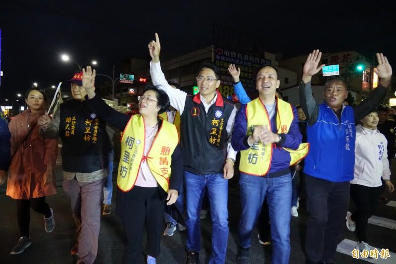 前新北市長朱立倫,今晚到彰化和美陪候選人柯呈枋掃街拜票。(記者劉曉欣攝)