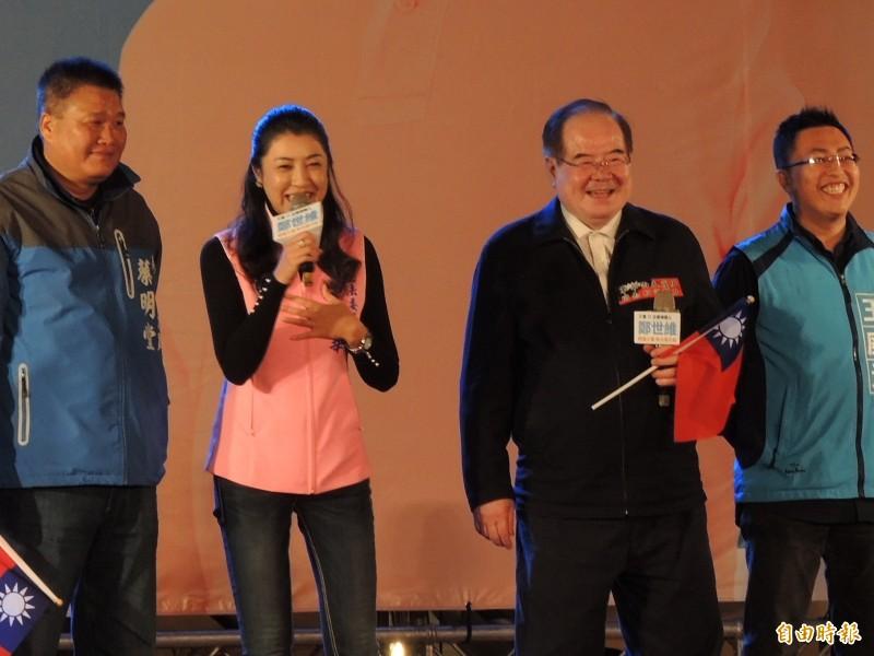 「神力女超人」許淑華(左二)選前之夜為鄭世維站台,沒穿經典造型,她要大家全力投票,就有機會再看到她換裝!(記者翁聿煌攝)