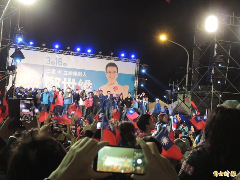 韓國瑜到場,為鄭世維的選前之夜掀起高潮。(記者翁聿煌攝)