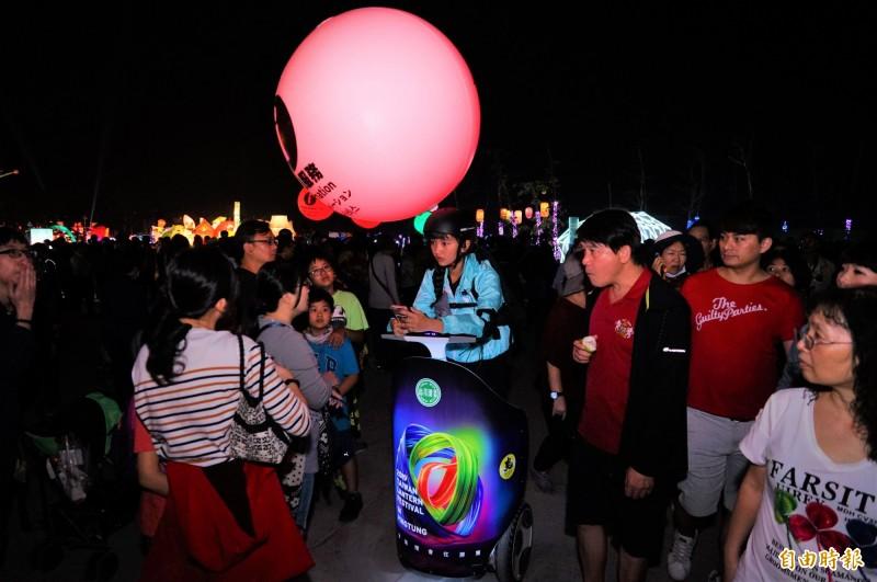 身著藍衣的segway志工成為台灣景點之一。(記者陳彥廷攝)