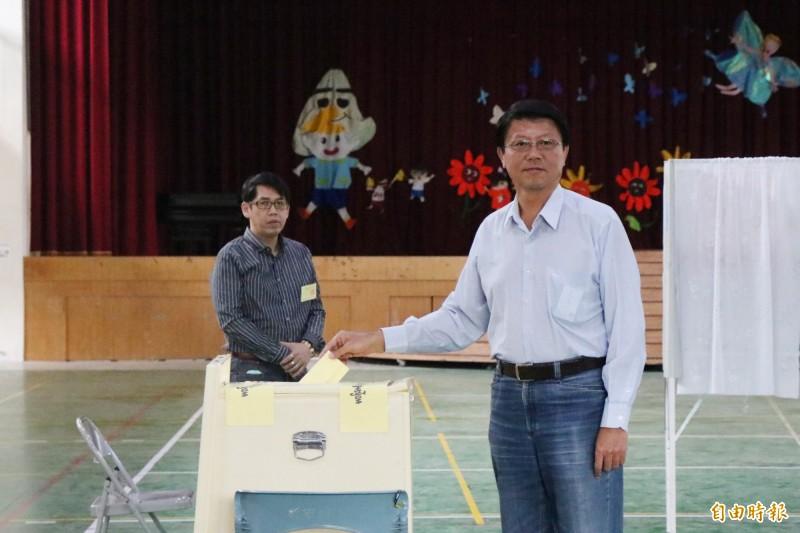 國民黨台南立委補選候選人謝龍介今在新市國小活動中心投票。(記者萬于甄攝)