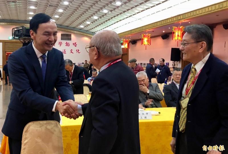 有意角逐下屆總統的前新北市長朱立倫出席中華戰略學會會慶,一一與在場會員握手。(記者陳昀攝)