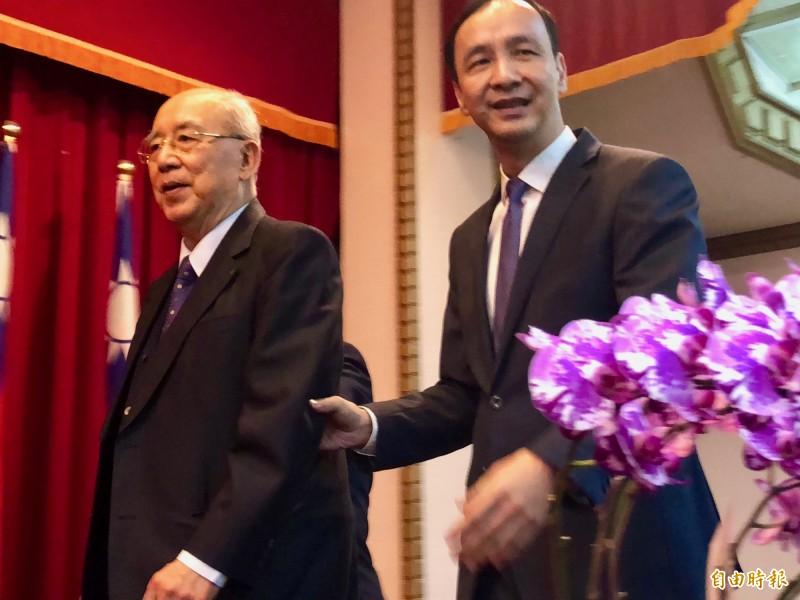 國民黨前主席吳伯雄要上台致詞,朱立倫主動上前一路攙扶。(記者陳昀攝)