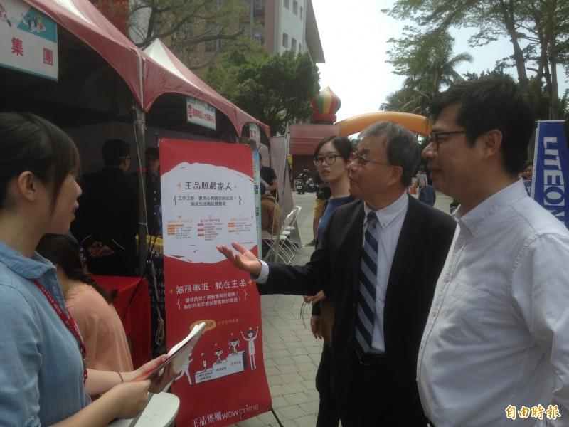陳其邁由中山大學校長鄭英耀(中)陪同參觀就業博覽會。(記者黃旭磊攝)