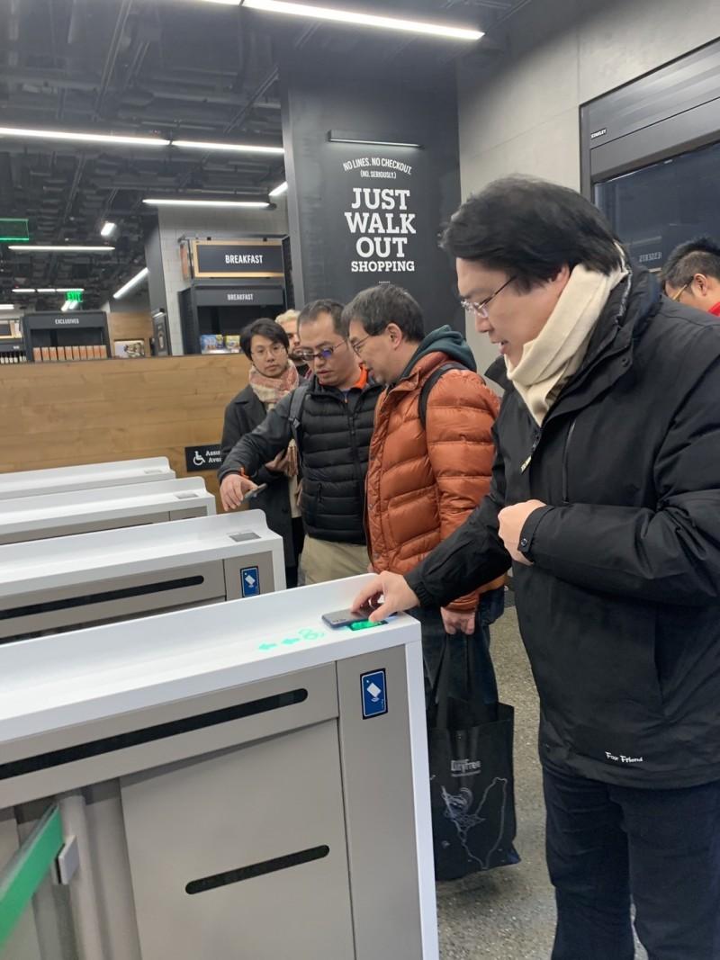 林右昌(右)參訪亞馬遜,體驗新型無人商店購物技術,透過AI人工智慧應用程式,透過手機APP中的個人帳號條碼進入商店。(基隆市政府提供)