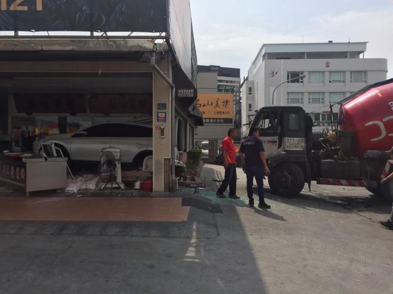 預拌混凝土車(右)將白色休旅車(左)推撞進烤鴨店。(記者洪定宏翻攝)