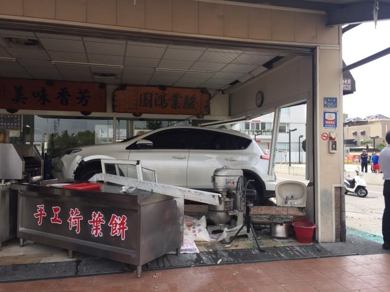 白色休旅車被撞進店內,導致一名用餐顧客受傷。(記者洪定宏翻攝)