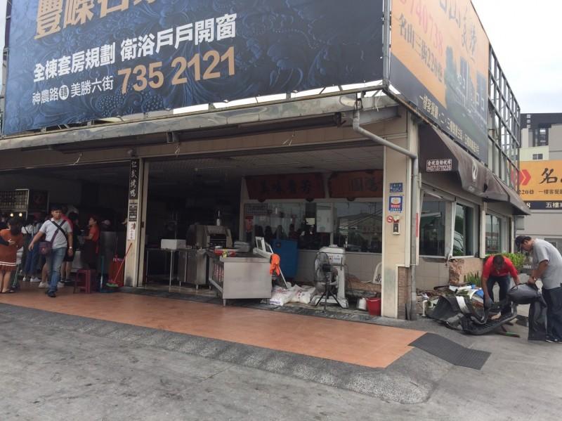 仁武烤鴨店全國知名,所幸主要的排隊人潮在左側,撞擊點在右側,沒有釀成更嚴重事故。(記者洪定宏翻攝)